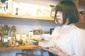 ネット・シーン発の歌い手、まじ娘がホリエアツシやharuka nakamuraらの助力得て心を飛び立たせた歌の〈魔法〉とは?