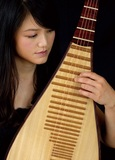 台湾の中国琵琶=ピーパ奏者ペイル・リエンが語る物語 ~詩心を細やかに表現したソロ作、古楽アンサンブルとの共演作を語る