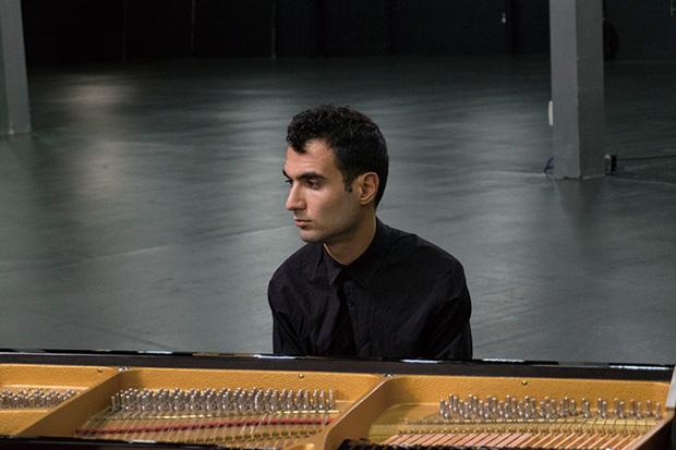 ティグラン・ハマシヤン『An Ancient Observer』 ピアノと声と少しのシンセのみ、最小限の要素でアルメニア音楽更新した新作