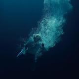 ラプスリー(Låpsley)『Through Water』ジェイムズ・ブレイク+ジェイミーXXな趣向を凝らしたプロダクションに耳を奪われつつ、力強さを増したスモーキーな歌唱も聴きどころ