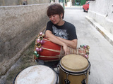 打楽器奏者・中里たかし、ラテン/アフロ・キューバン軸に多彩な音で踊らせる初リーダー作『クランデスティナ』