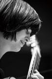 ギタリストのジョフィア・ボロス、世界各地の風土に根差した選曲で温かくも現代的な視点で演奏した新作『Local Objects』