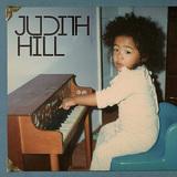 プリンスがプロデュース! ジュディス・ヒル、殿下マナーのファンク中心にピアノを弾きながらアーシーに歌い上げた初作がCDで一般流通開始