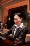 ピアニストの小原孝、初音ミク〈千本桜〉を軽やか&スタイリッシュに披露したNHK-FM「弾き語りフォーユー」最新作を語る