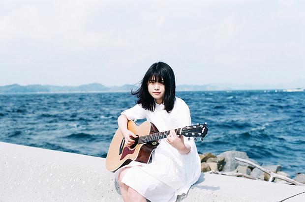 原田珠々華『はじめての青』 16才のシンガー・ソングライターが初ミニ・アルバムに描いた感情の色とは?