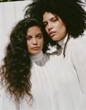 イベイー『Ash』 カマシ・ワシントンやデーモン・アルバーンらも客演した2年半ぶりの新作で、双子姉妹は声を揃えて未来への希望を歌う!