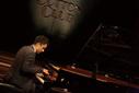 VIJAY IYER ジャズの歴史から新しいものを受け継ぎ、〈対話〉から生まれる音を形にしてきたピアニスト