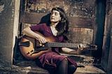 チリ出身の女性ギタリスト/シンガー、カミーラ・メザがケンドリック・スコットら俊英迎えて存在感あるプレイ披露した新作