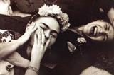 画家フリーダ・カーロの遺品を撮影する石内都の姿を通し、〈ひとりの女性〉の生が浮かび上がるドキュメンタリー映画