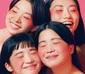 CHAI 『PINK』 ファニーな魅力に絡め取られるリスナー続出! コンプレックスを〈個性〉と肯定する、アイコニックな4人組のファースト・アルバムがついに登場!