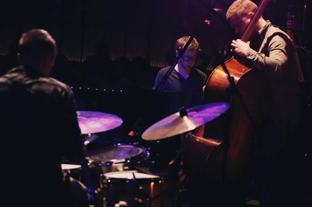 ゴーゴー・ペンギンが挑む、ジャズと即興の新しい関係―エンジニアも奏者と捉える挑戦的なバンド観を明かす