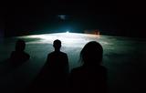 アピチャッポン・ウィーラセタクンが初めて手がけた舞台作品「フィーバー・ルーム」が東京芸術劇場で上演!