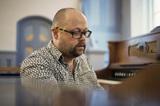 革新的な音響を生む北欧の鍵盤奏者、シグビョルン・アーペランの即興ライヴ+柳楽光隆ら交えたトーク・イヴェントが開催
