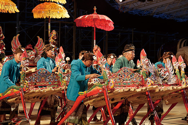 竹ガムラン〈ジェゴグ〉楽団、スアール・アグンが来日! 素朴な音色で聴き手をトランス状態に持ち込む音楽の凄み