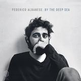 フェデリコ・アルバネーゼ(Federico Albanese)『By The Deep Sea』水のイメージで貫かれた詩情豊かなポスト・クラシカル