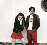 ホワイト・ストライプス(The White Stripes)が初のベスト『Greatest Hits』をリリース、日本での未発表ライブ映像も公開