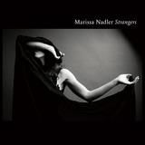 フォーク・シンガーのマリッサ・ナドラー、モノクロームな色調のサウンド&可憐で底知れぬ虚無秘めた歌声が儚い幻夢の如き傑作