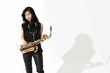 アルト・サックス奏者、前田サラが血湧き肉躍るファンキー・サウンド詰め込んだ初アルバム『フロム・マイ・ソウル』を語る
