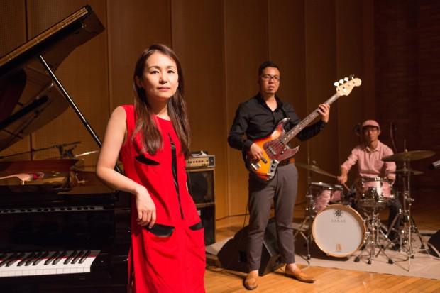 西山瞳によるHR/HMのジャズ・カヴァー・ユニット、NHORHMが新作をリリース! デーモン閣下からのコメントも