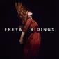 フレイヤ・ライディングス 『Freya Ridings』 ロンドン出身のSSW、グレッグ・カースティンら招いた正統派のポップソング集
