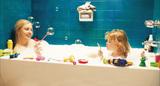 グレタ・ガーウィグ主演映画「マギーズ・プラン─幸せのあとしまつ─」が鮮やかな色彩と空間の変化で描く新次元の〈家族〉像
