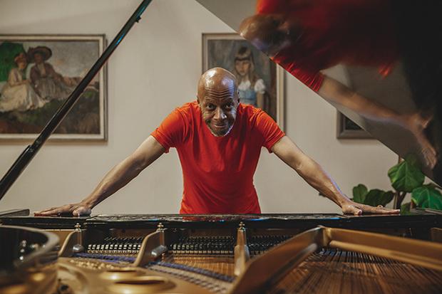 ララージ(Laraaji)『Sun Piano』ニューエイジの重鎮による多層的な魅力をもったピアノ作品