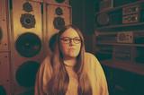 エマ・ジーン・サックレイ(Emma-Jean Thackray)『Yellow』次世代的編集センスで心と体と魂を揺らすUKジャズ