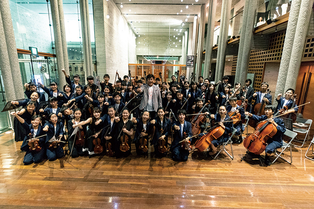 佐渡裕とスーパーキッズ・オーケストラの17年――「音楽の根源的なものに触れられる」SKO初のアルバムを語る