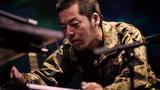 七尾旅人が戦争で命失った自衛官に扮するライヴ映像作品「兵士A」は、〈戦争と日本〉の関係浮き彫りにする偉大な芸術的挑戦