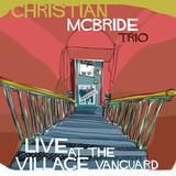 現代ジャズ最高峰ベーシスト、クリスチャン・マクブライドのトリオが幅広い選曲で強烈にスウィングする実況盤
