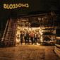 ブロッサムズ 『Blossoms』 ビートルズからアークティックまで、英国ロックの歴史をイイトコ取りしたポップ曲揃いの初作