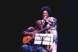 深い悲しみ秘めたラヴソングの魅力―テレーザ・クリスチーナがサンバの伝説カルトーラ歌ったライヴ盤『Canta Cartola』を語る