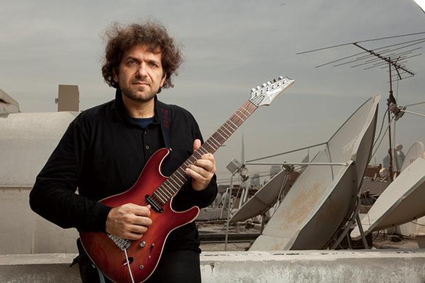 中東のフュージョン・ギタリスト、カマル・ムサラムがフラメンコやインド音楽との融合でアラブ音楽の可能性を広げる新作