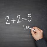 リー 『2+2=5』 スクエア・エッグのフロントマン、ポップなサウンドでリラックスしたヴォーカル聴かせる新作