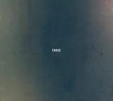 さよならポエジー『THREE』グッド・メロディーとリリカルな詞で伝える灰青のエモーション