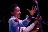 エスペランサ・スポルディング(Esperanza Spalding)はどこへ行く? 〈癒し〉の新作『Songwrights Apothecary Lab』に聴くジャズ衝動と創造性